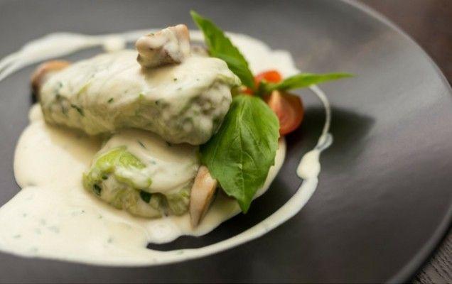 Λαχανοντολμάδες με τρεις κιμάδες και σάλτσα γιαουρτιού με κουρκουμά