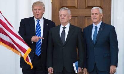Doanld Trump junto al general de los Marines James Mattis y el vice electo Mike Pence en el Trump National Golf Club en New Jersey./ AFP