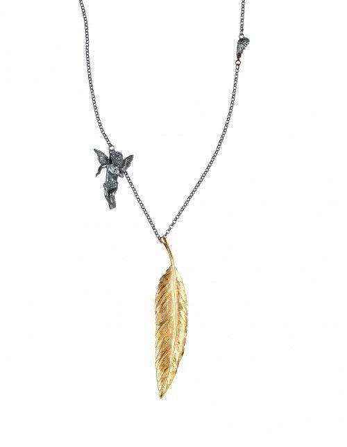 """Goldene Kette """"Engel"""" von Anna Krystyniak. Handgemacht aus oxidiertem Silber und mit 24 Karat Gold Feder. <3 #feder #gold #silber #schmuck #kette #halskette #ankakrystyniak #engel #sommer"""
