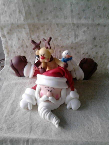 Papai Noel com seus amigo pinguim, rena e boneco de neve vão deixa sua casa…                                                                                                                                                                                 Mais