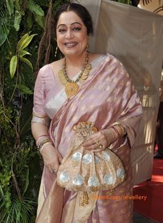 Kiron Kher in her trademarked Amrapali jewellery and coordinated potli. Description by Pinner Mahua Roy Chowdhury