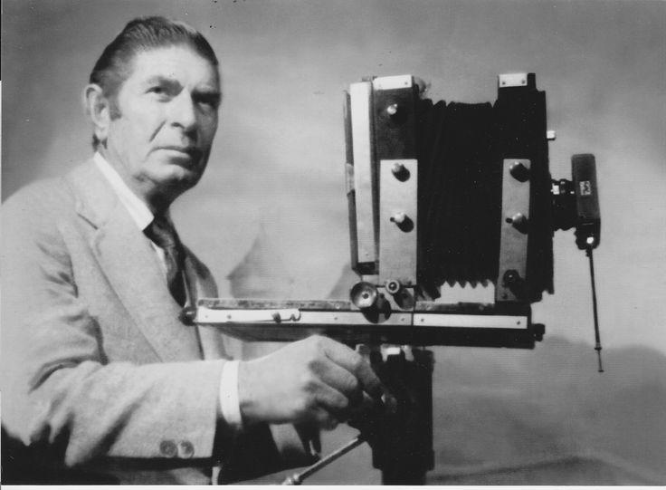 Στον υπαίθριο πλανόδιο φωτογράφο οφείλουμε όλες τις φωτογραφίες που έχουμε σήμερα από τις αρχές του περασμένου αιώνα, ως τη δεκαετία του πενήντα.