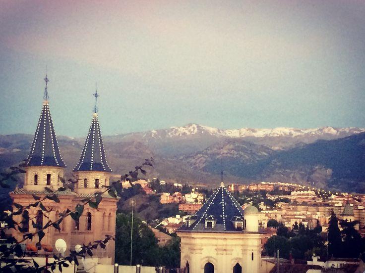 Panorámica de Granada con la Basílica de las Angustias y Sierra Nevada de fondo