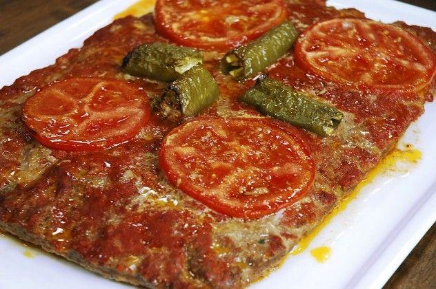 Tepsi Köftesi Malzemeleri 1 kilogram kıyma 1 su bardağı ekmek kırıntısı 2 adet yumurta 1 adet soğan – rende 1 adet havuç – rende 1 su bardağı bezelye ½ bağ maydanoz 2-3 diş sarımsak Tuz Karabiber 2 yemek kaşığı tereyağı  Süslemek için Malzemeler 1 adet iri boy domates 2-3 adet sivri biber  Üzeri için Malzemeler 1 yemek kaşığı domates salçası 1 yemek kaşığı biber salçası ½ su bardağı su  Tereyağı hariç köfte için olan tüm malzemeleri derin bir kapta karıştırıp, yoğurun.  Yoğurduğunuz…