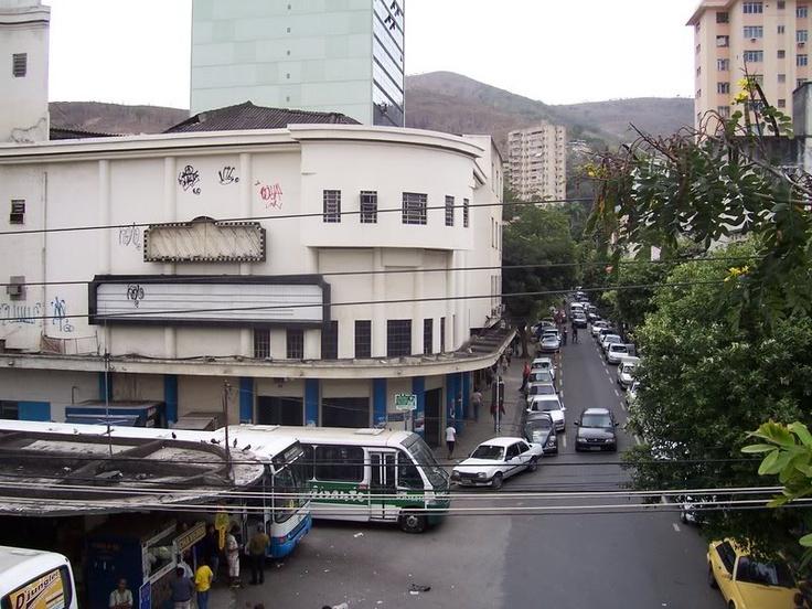 Nova Iguaçu, RJ, Brasil: antigo Cine Iguaçu, vendo-se a rua Getúlio Vargas onde ficava o Cartório do 4o Ofício do Tabelião Abelardo Pinto.