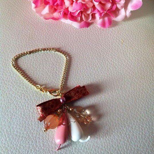 """Bracciale con catena dorata,fiocco color bordeaux con """"fantasia"""",Topini color bianco e rosa cipria e pietre."""