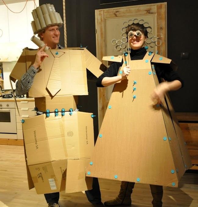 Leuk: een verkleedfeestje met karton. Knutseltip van Speelgoedbank Amsterdam voor kinderen en ouders. Budget knutselen. Recycle / upcycle.