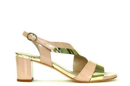 Sandalia combinada en charol color nude/platino, detalle tira diagonal en empeine, cierre con hebilla, tacón medio y ancho, suela cuero