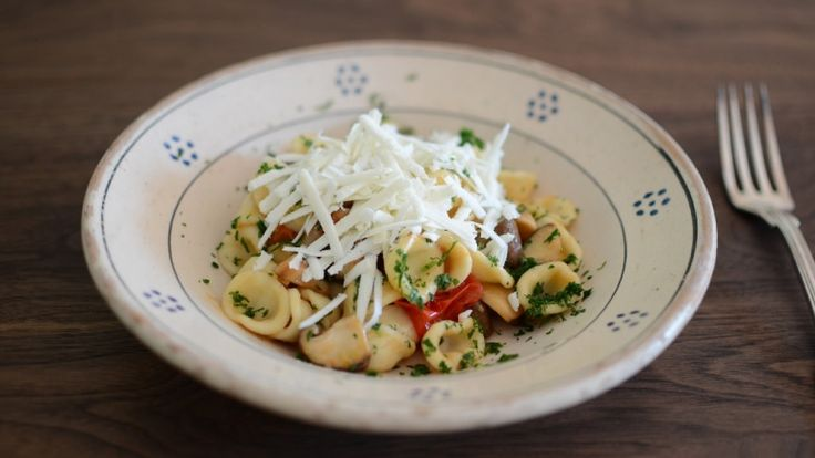 Orecchiette con funghi, pomodorini, pancetta e cacioricotta: ricette pugliesi