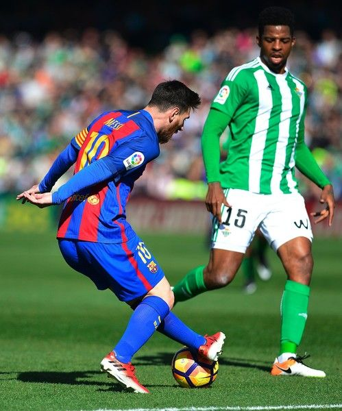 Barcelona's Argentinian forward Lionel Messi (R) vies with Betis' Dutch defender Ryan Donk (R) during the Spanish league football match Real Betis vs FC Barcelona at the Benito Villamarin stadium in Sevilla on January 29, 2017.The match ended in a draw 1-1 / AFP / CRISTINA QUICLER