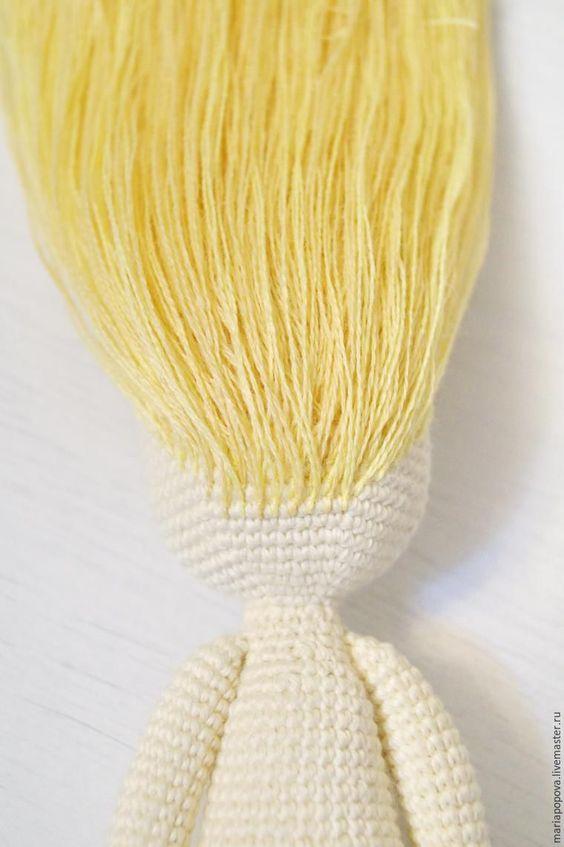 Хочу вам показать, как я делаю волосы своим куколкам. Сразу оговорюсь, что способов масса, но этот я использую наиболее часто. Волосы получаются очень густые, их можно по-разному заплетать и расчесывать. Нам понадобится: куколка; нитки для волос; крючок или иголка; ножницы. Подготовка: Если вы не планируйте слишком густую прическу или боитесь, что сквозь волосы будет просвечивать голова, то нужно…