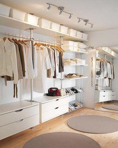 Un vestidor minimalista en tonos naturales para aprovecha la luz. #BrandsSociety #vestidor #closet