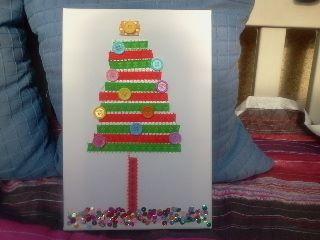 árbol de navidad sobre lienzo con cintas de raso y botones