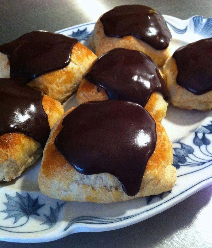 Ingredienser til dejen: 500 g. hvedemel 50 g. gær 3 tsk. kardemomme 3 spsk. sukker 2 æg 300 g. smør ca. 1,5 dl. mælk Marcipanmasse: 100 g. marcipan 100 g. smør 100 g. sukker Rør alle ingredienserne sammen til en jævn masse. Glasur: 200 g. flormelis 5 tsk. kakao Ca. 0,5 dl. vand Fremgangsmåde: …