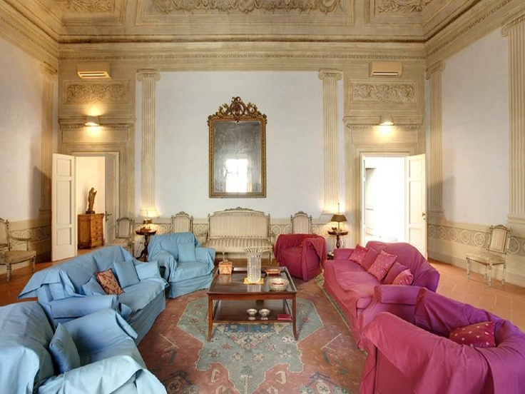 Florence apartment Palazzo delle Stelle in Tuscany, Italy sleeps 4 persons with library and telephone facility.