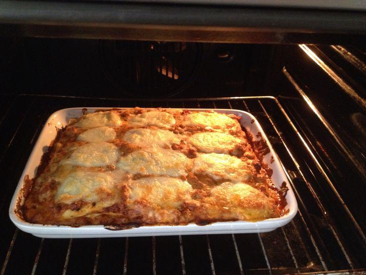 Pasticcio di lasagna con ragù di carne e besciamella e gratin di mozzarella