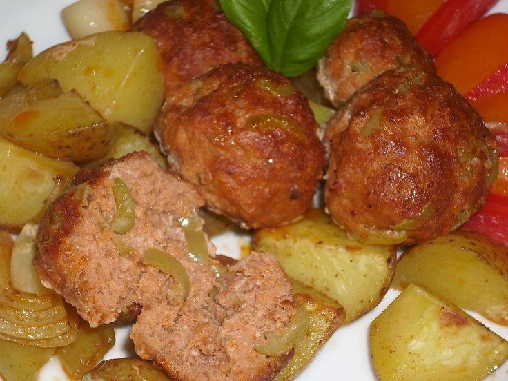 Maso smícháme s rajčatovým protlakem, česnekem a solí, přidáme rozdrobený toustový chléb lehce zvlhčený mlékem, přilijeme vodu a řádně...