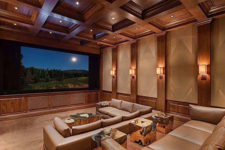 A sala de projeção da The Rameses Estate no The Enclave é revestida em madeira redwood de talha neoclássica.