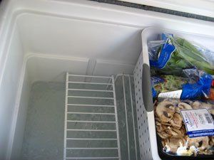 HOW TO PACK AN ICE CHEST. Use racks in the bottom of the cooler and place the ice blocks underneath so food doesn't get wet. Use baskets or bins to protect food from bruising and to make items more accessible. Lots more very helpful and practical tips on how to get the maximum benefit from your ice chest food storage.