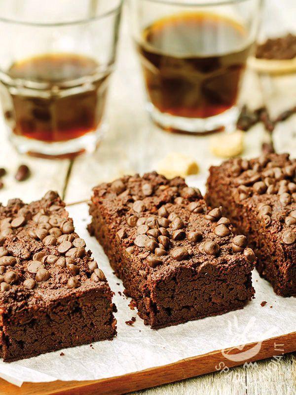 Brownies with chocolate chips - I Brownies con gocce di cioccolato sono golosissimi quadrotti cioccolatosi tutti da mordere! Faranno impazzire soprattutto i bambini, buoni come sono! #brownieasalcioccolato