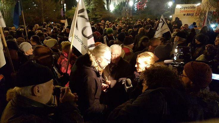 Protestujące przed Sejmem tłumy w Wigilię - KOD łamie się opłatkiem
