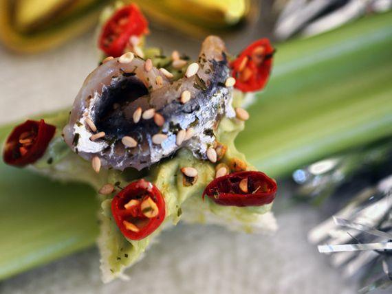 Con le tartine piccanti con avocado e alici marinate, la tua tavola sarà un'opera d'arte! #RicetteNatalizie
