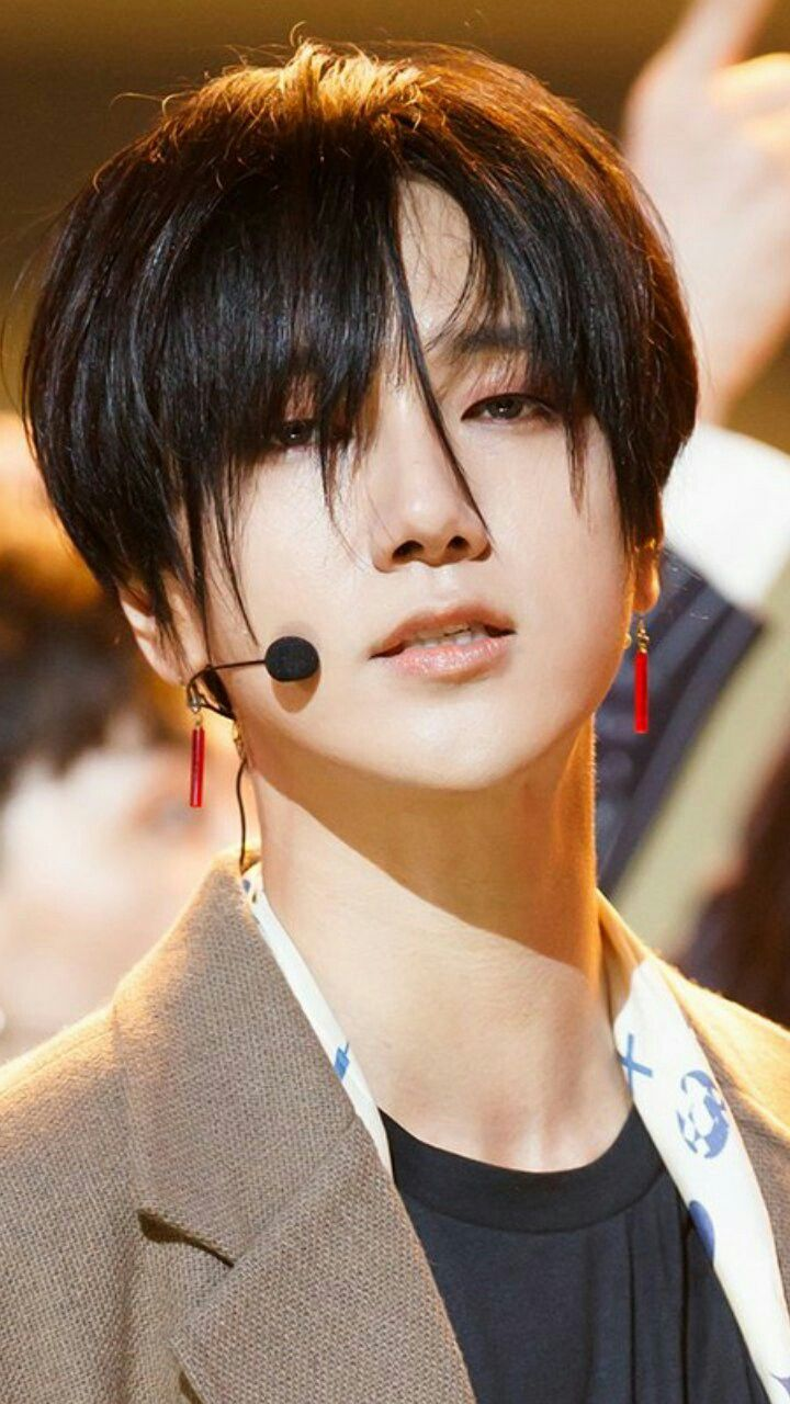 Así es como me va ver cuando me conozca obvio osea voy a ser tan hermosa para el obvio OTZEA por favor thz..... *Se pone a llorar* #fanfic #Yesung #Superjunior