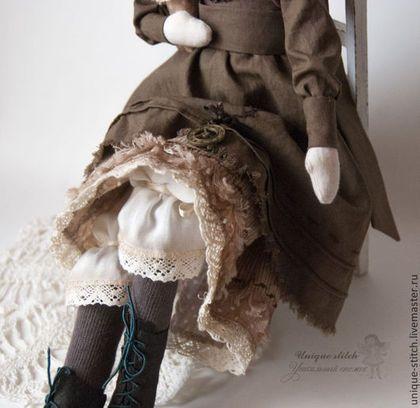 Купить или заказать Тильда Эмили. Текстильная кукла в интернет-магазине на Ярмарке Мастеров. Сочувствие. Эмили Бронте Надежды не теряй, пока Видны в ночи зарницы, Румянит вечер облака И утро золотится. Надежды не теряй — и пусть Рекою льются слезы: Уйдет из сердца злая грусть И вырвутся занозы. От боли стонет человек - Так ветер стонет тоже, Осенний дождь и зимний снег На плач людей похожи. Но лишь придет на землю май - Все оживет, как прежде. Беда с тобой ?…