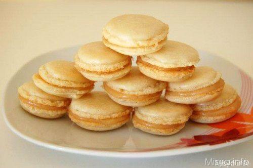 I macarons sono dei pasticcini francesia base di meringhe,un composto fattodi albume , farina di mandorle, e zucchero. La prima volta che ho assaggiato i macarons è