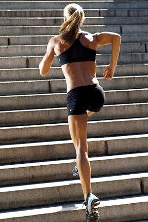 SPORTNÍ TIP - Jak při cardio cvičení efektivněji vytvarovat stehna? - zařaďte SKLON a pocítíte změnu. Nejenže spálíte více kalorií než při rovnoměrné zátěži, ale navíc zacílíte na účinnější tvarování celé spodní části těla - hýžďové svaly, přední i zadní část stehen, boky a lýtka. Je to jednoduché - zvedněte náklon běžeckého pásu, při jízdě na kole vyhledejte kopce, běhejte ve zvlněném terénu nebo vyzkoušejte chůzi do schodů.