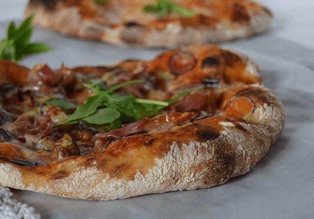 Vil du gerne bage en luftig, sprød og tynd pizza, der har en smagfuld og lækker bund? Jeg har delt opskriften på den bedste hjemmelavede pizzabund. Pizzadejen kan laves både med surdej eller gær.…