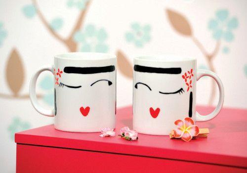 Un cadeau original… Du vernis à ongles + 2 mugs = 2 mugs kokeshis ! Il suffit de nettoyer le mug avec l'alcool pour supprimer toutes traces de gras et autres. Ensuite, vous dessinez votre motif avec un feutre gris et vous repassez dessus avec les vernis....