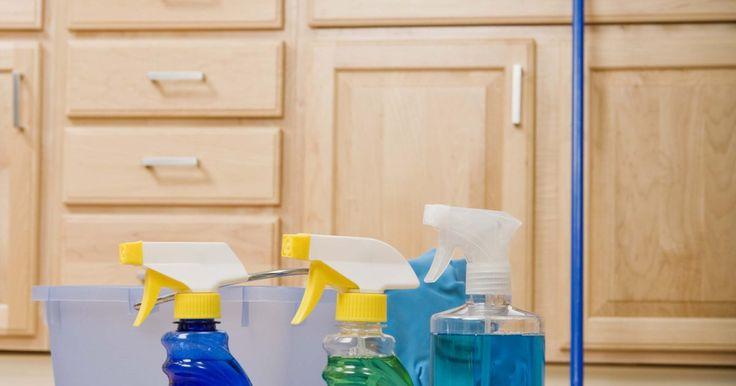 Como limpar com vinagre usando um vaporizador Shark. Usar um vaporizador Shark é uma maneira fácil de limpar e higienizar o chão sem ter que usar produtos químicos. O esfregão vaporizador aquece a água do tanque e libera vapor através de uma almofada de microfibra, rapidamente eliminando a sujeira e as manchas em superfícies rígidas. Se você quiser aumentar o poder desinfetante do esfregão ...