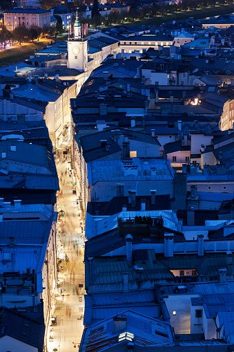 Salzburg Getreidegasse//Salzbourg est une ville autrichienne de 150 000 habitants en 2006 et la capitale du Land de Salzbourg. La vieille ville est inscrite sur la liste du patrimoine mondial de l'UNESCO. Wikipédia