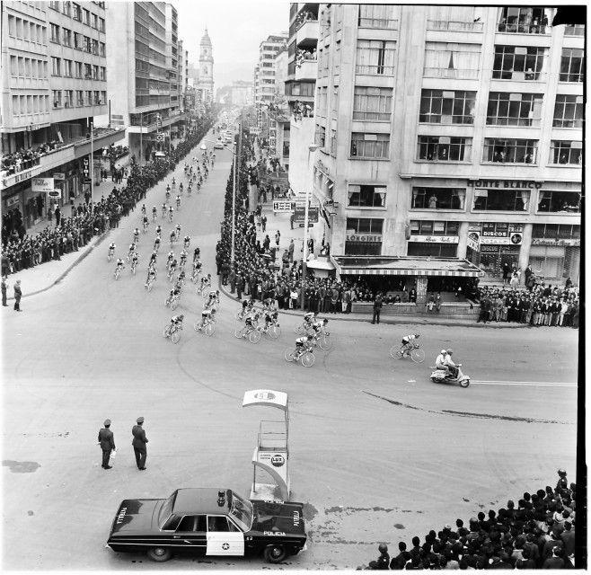 Competencia ciclística sobre la Carrera 7° con Av. Jiménez / Manuel H. / 1968 / Colección Museo de Bogotá: MdB 11842 / Todos los derechos reservados
