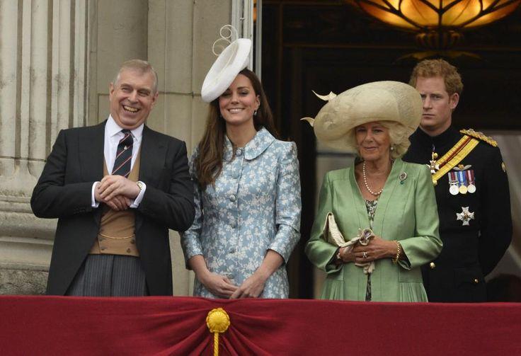 Prins Andrew bewaakt Buckingham Palace in de vakantie http://www.telegraaf.nl/r/24323865