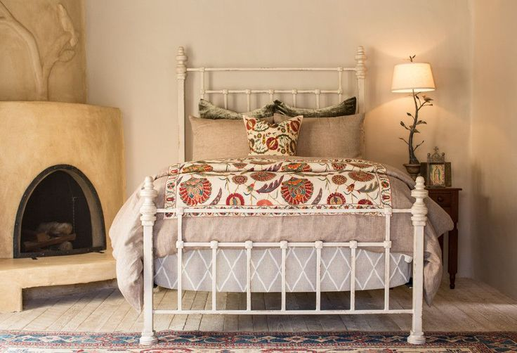 Испанский стиль в интерьере: роскошь и пассионарность в каждой детали http://happymodern.ru/ispanskij-stil-v-interere/ Испанский стиль в интерьере: камин и кованая кровать создают испанский стиль в спальне Смотри больше http://happymodern.ru/ispanskij-stil-v-interere/