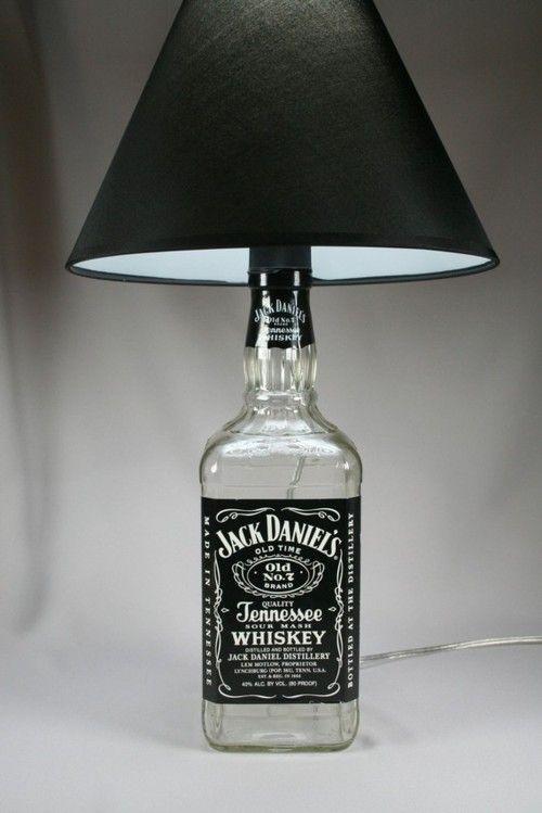 """Uma garrafa do bom e velho """"Jack"""", uma cúpula preta, fiação...e temos um lindo abajour :)"""