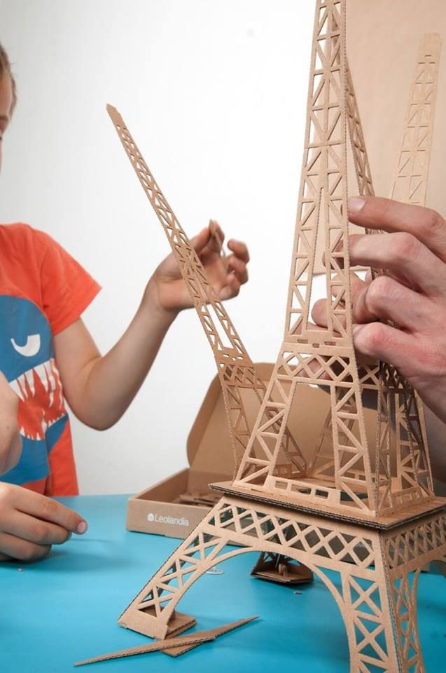 This beautiful replica of the Eiffel tower comes with it's own climbing gorilla. It can also be used as a lampshade. Available in recycled cardboard, this 23 piece cardboard construction set takes 45 min to assemble. Cardboard toys are perfect to boost children's creativity and develop their manual abilities. Every toy is a real pleasure to assemble, because each toy is unique. Size:50 cm high assembled. Age: 4+