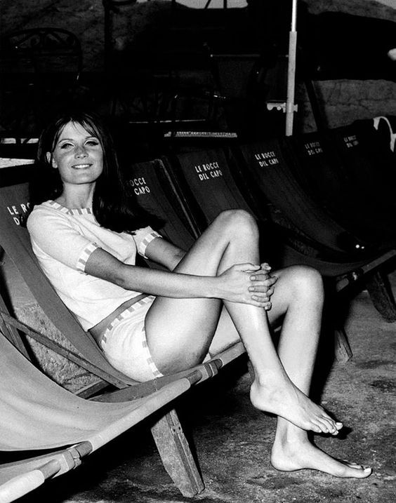 Sandie Shaw (Sandra Ann Goodrich) sitting on a deckchair at the beach of the hotel Le rocce del capo
