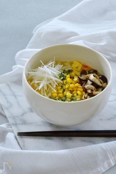 卵とコーンの優しい甘みがスープの旨味を引き立ててくれます。    日清食品チルド株式会社の新商品『Asian Dining フォー・ガー風生うどん』は9月1日より、スーパーのチルド麺売場にて発売!湯切り不要、お鍋ひとつの簡単調理でエスニックメニューが楽しめます。詳細はこちら https://www.nissin.com/jp/news/6204