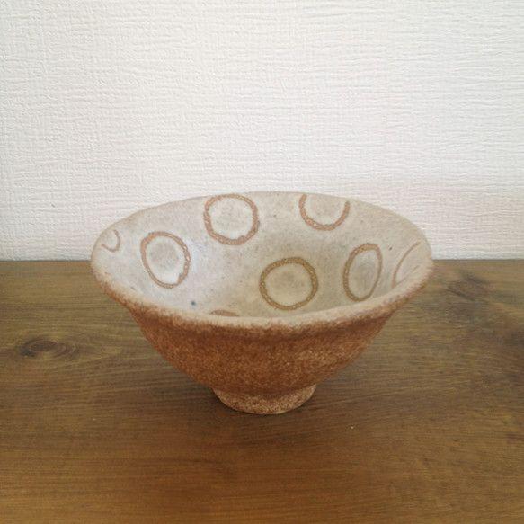 手びねりで作ったご飯茶碗です。いびつです。 内側だけ、手書きの丸模様。外側は透明の釉薬をかけ、ほぼ土の色のままです。 直径 約12.5cm×高さ...|ハンドメイド、手作り、手仕事品の通販・販売・購入ならCreema。
