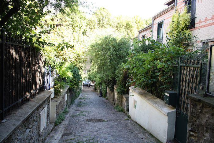 Repère de villas : rue de Mouzaïa (19ème)  Avant de vous poser sur l'herbe fraîche très prisée du parc des Buttes Chaumont, flânez du côté de la rue de Mouzaïa, tenant son nom du col de Mouzaïa en Algérie. Ouverte en 1879, c'est le QG des petites « villas », des jardins coquets et des ruelles verdoyantes.  Métro : Botzarisrues-insolites-paris-mouzaia