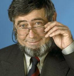 † Chriet Titulaer (73) 22-04-2017 Sterrenkundige, wetenschapper en televisiepresentator Chriet Titulaer is dit weekend overleden op 73-jarige leeftijd. Dat bevestigt zijn familie zondagavond aan De Limburger. Titulaer was veel op televisie te zien in de jaren zeventig en tachtig. Hij begon zijn televisiecarrière als medepresentator van de eerste maanlanding in 1969. https://youtu.be/MX6_GA_lpn8