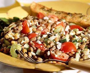 Receta de Ensalada de lentejas y atún 500 g lentejas cocidas, 2 latas atún, 2 tomates, 1/2 pepino, 1 cebolla tierna, 100 g queso fresco, vinagre manzana, aceite de oliva, pimienta negra molida, sal