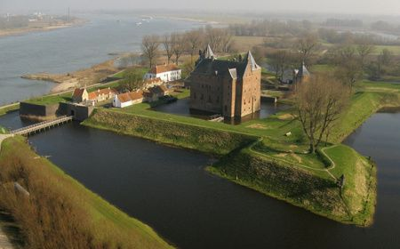 Slot Loevestein is niet zomaar een kasteel. Het is een kasteel met een rijke geschiedenis. En nu? Nu is het slot een museum én kun je er zelfs blijven slapen.
