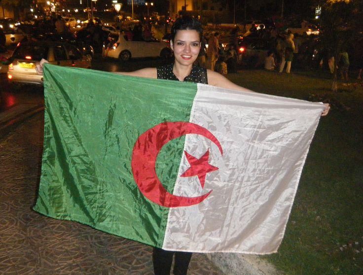 Bevor sie nach Deutschland zurückgekehrt, hat uns die algerische Fanbotschafterin noch ein paar Bilder aus ihrer Heimat geschickt. Ihre Landsleute haben den Achtelfinal-Einzug standesgemäß mit einem Autokorso gefeiert.