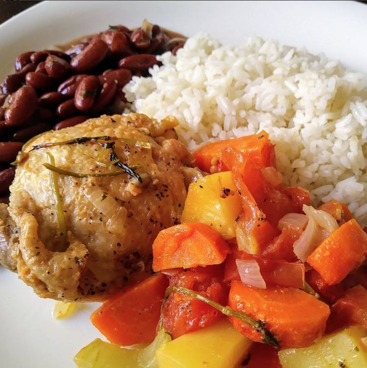This 😋 delicious dish, that 2 lunch express created, is a traditional #Caribbean #Latin 🍽️ #plate. What are your #FavoriteDishes to create using a 🍲 #Caserola? #LatinCooking #HispanicFood #RiceAndBeans #ClubBeneCasa #ClubBC #BC