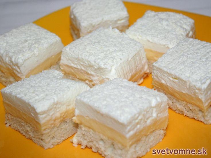 Recept na zákusok s kokosovým korpusom, pudingovým krémom a šľahačkou.