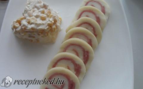 Sonkás füstölt sajttekercs almás kukoricasalátával recept fotóval